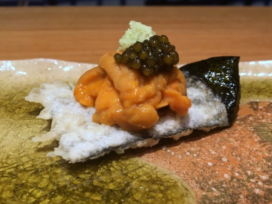IPPOH TEMPURA bar Uni, caviar on fried seaweed
